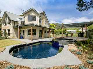 2 Marma Retreat - with jacuzzi, heated pool, pet friendly, Foxtel
