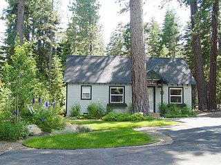 TAHOE PARK COTTAGE * WALK TO LAKE & SUNNYSIDE!
