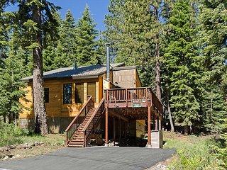 Barking Pine Cabin - private BEACH access, sunny location