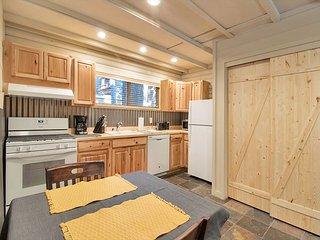 Little Karley's - 1 bedroom, 1 bath remodeled cabin - Walk to Lake
