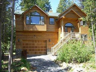 River Rock Lodge - 4 bedroom, 3 bath - GAME ROOM & HOT TUB!