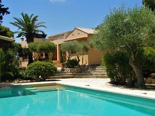 Exclusives Haus mit Pool und traumhaftem Garten, wenige Meter vom Strand