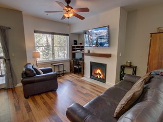 Seasons 1855- townhome with 1.5 bath. Walk to lake, FREE shuttle to slopes, WIFI