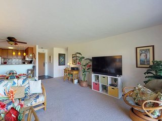 Bright 2nd floor condo with Wifi, shared pool. Near golf and ocean