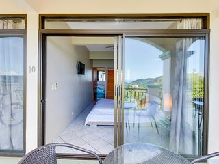 Hotel-style room w/ ocean view, balcony & shared pool - drive to the beach!