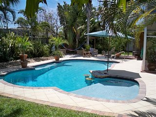 Resort Style Living Great Pool/Yard Privacy Artistic and Fun! Near Delray East