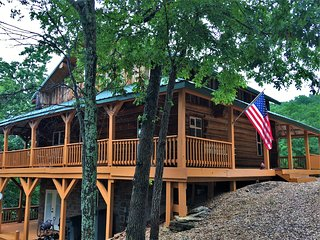 Stunning, Family-sized Lake Front Authentic Log Cabin w/ access to Private Dock