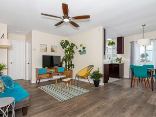 Whitewater (601 Tremont D) - Remodeled Retro Condo - 3 Blocks to