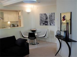Spacious One Bedroom Apartment with Private Parking in Cheltenham