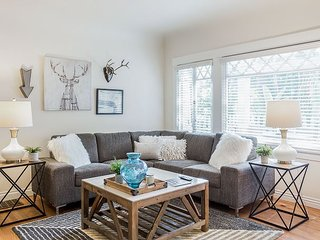 Chic & Sunny 3BR Hideaway - Walk to Hollywood Attractions