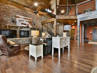 Beautiful lakefront house with gourmet kitchen, private dock