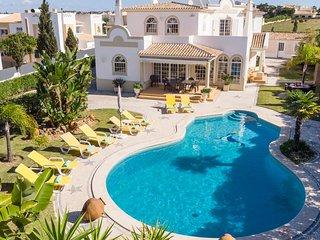 VINHA Marvellous villa, private pool, garden & bbq, AC, free WiFi, 300m to beach