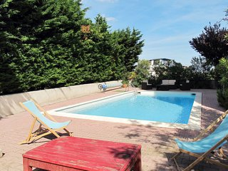 2 bedroom Apartment with Pool, WiFi and Walk to Shops - 5795032