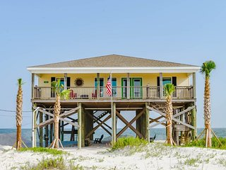 NEW LISTING! Beach house w/breathtaking views, full kitchen, near beach
