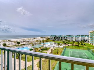NEW LISTING! Condo w/shared pools/hot tub, tennis courts & on-site gym