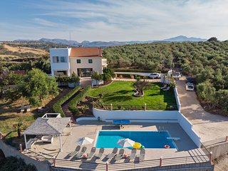 Superb 4 bedroom villa, with amazing views & pool!