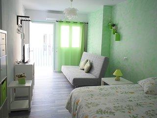 Dormitorio familiar con baño privado en casa renovada