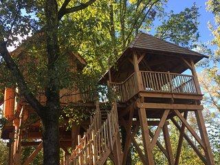 Maison dans les arbres chez Nid2Reve