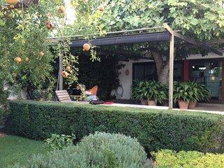 Casa granadina con jardín, luminosa y muy confortable.