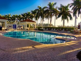 Waterfront 180 Degree Views Condo - Sunrise, Sunset, Pool, Gym, Golfing SL6
