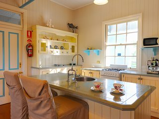 Honeymoon Bay Cottage at Samford Lakes just 30 mins from Brisbane CBD