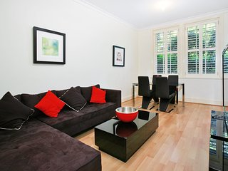 Art Deco in the Cul-de-Sac - Spacious Executive 1BR Potts Point Apartment in