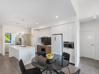 Round About Bulimba - Executive 3BR Bulimba apartment near Oxford St shops and