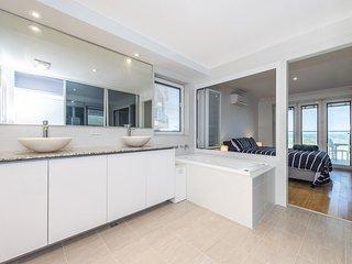 Ocean Surf - Luxury Apartment with Ocean Views