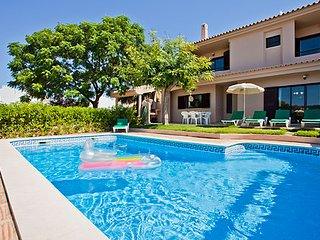 Villa Andre, 3 bedroom villa with pool - walking distance to Albufeira