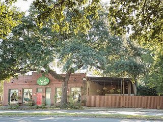 Stay Local in Savannah: Sprawling Estate on Broughton w/ Courtyard & Parking