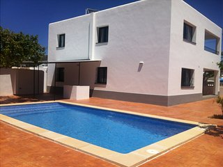 8 bedroom Villa with Pool, Air Con, WiFi and Walk to Shops - 5691288