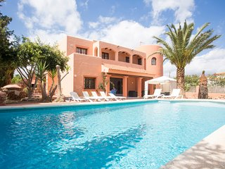 6 bedroom Villa with Pool, WiFi and Walk to Shops - 5691350