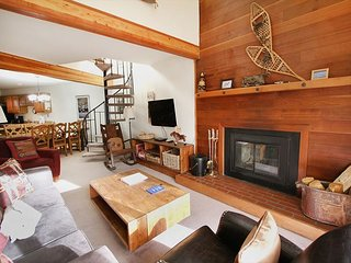 Stay like a local in this cozy condo w/ clubhouse access in Wildernest