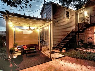 Private Guest House, Modern Eco-Friendly Pecan Tree House ATX, walk to UT