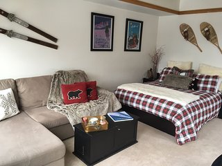 Slopeside 2746, walk to the lifts, FREE WIFI, quick access, HOT TUB By SummitCov