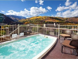 Spacious Condo w/ Free WiFi, Free Parking, Resort Heated Pool & Shuttle Service