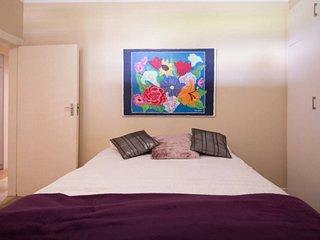 Queen Bed with En Suite in Family Home