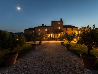 Exclusive luxury villa in the Tuscan countryside. 14 rooms, pool, A/C and Wi-Fi!