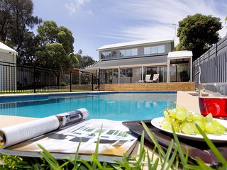 Enaba Beach House - Mount Martha Retreat with pool, Foxtel, WiFi, Games room, AC