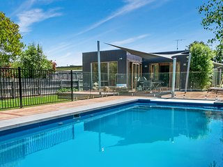 Holiday Shacks - Canterbury Villa - Luxury Retreat with heated pool, Foxtel, WiF