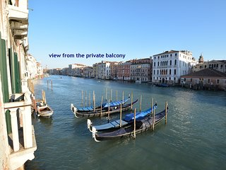 RABOSO • PANORAMIC 9 WINDOWS OVER THE GRAND CANAL, 3 beds, 2 baths