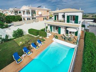Beautiful villa with private pool near to Meia Praia Beach