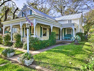NEW-Large Fredericksburg Home 1.5 Block to Main St