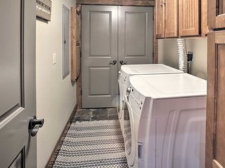 Condo w/Pool & Hot Tub - 3 Mi to Downtown Branson!