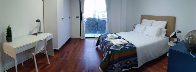 Habitación matrimonio 1 con baño propio dentro, armarios, mesa de escritorio.