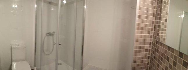 Baño completo con mampara.