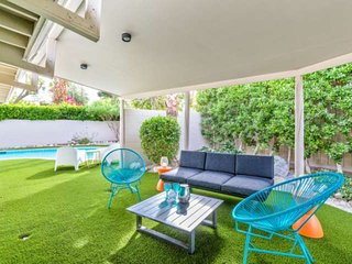 Couple's Summer Escape! Charming Mid-Century Modern Bungalow! Walk to Hiking, Di