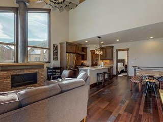 NEW LISTING! New condo, walk to dining & shopping, bus to slopes