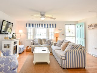 #906: Newly Updated, Minutes to Beach & Town, Great Outdoor Space!