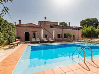 3 bedroom Villa with Pool, Air Con, WiFi and Walk to Shops - 5604882